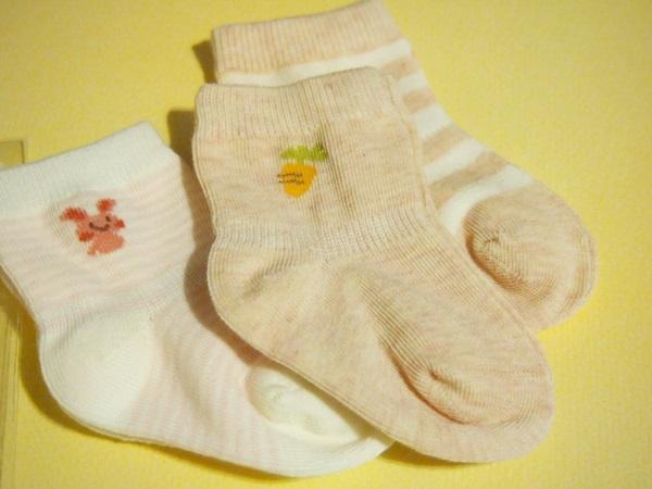 新生児用サイズのうさぎとにんじんの靴下