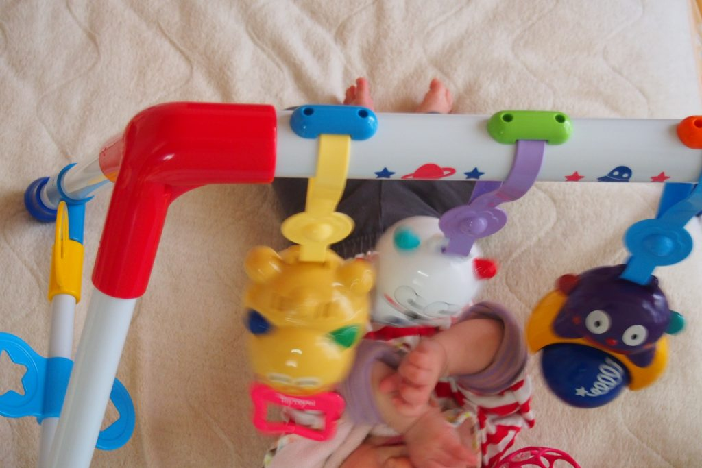 生後5か月ごろにベビージムで遊ぶ赤ちゃん