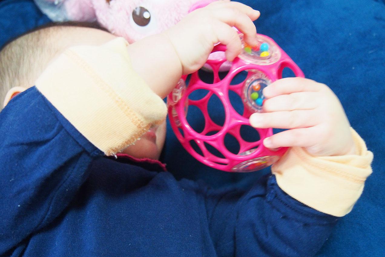 生後5か月ごろオーボールで遊ぶ